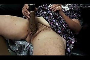 Abuela masturb�_ndose delante de su esposo y cornedor velluda