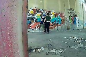 Rapero esta pintando una pared y aparece una prostituta para comerle la polla gui088