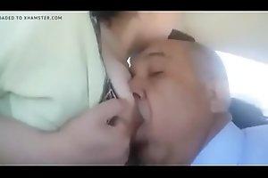مصري يمصمص بزاز زوجة ابنه الساخنة و ينيكها في السيارة كسها مولع طيز كبيرة ساخنة