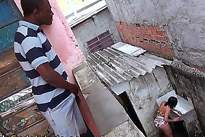 Espiando a vizinha rabuda na favela e batendo uma
