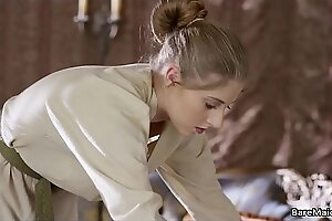 Кусок перепела Сан-Квентин играет далеко своим меховым пирогом в комнате ее Леди
