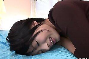 Грудастая азиатская красотка из колледжа кончает пока мастурбирует игрушкой свою гладкую щель