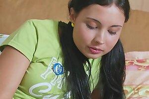 Молодая девица сосет твердый член, чтобы ее жестко трахнули в менее тугую пизду