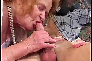 Беззубая бабушка сосет и трахается