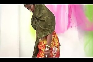 アラブの女はぽっちゃりしたLacklusterHorseshitによってナットをねじ込まれています