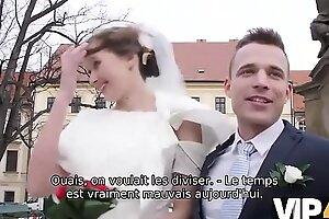 VIP4K. Beauté en robe de mariée suce une bite d'étrangers et se fait baiser